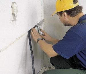 Прячем кабель в стену