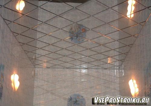 Преимущества зеркального потолка в ванной