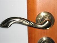 Как снять стационарную дверную ручку