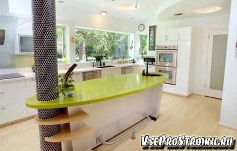 Интерьер кухни с колоннами
