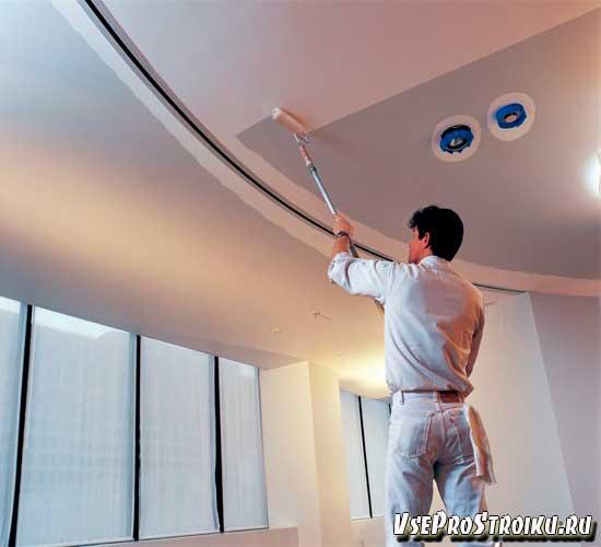 Как правильно красить потолок водоэмульсионной краской